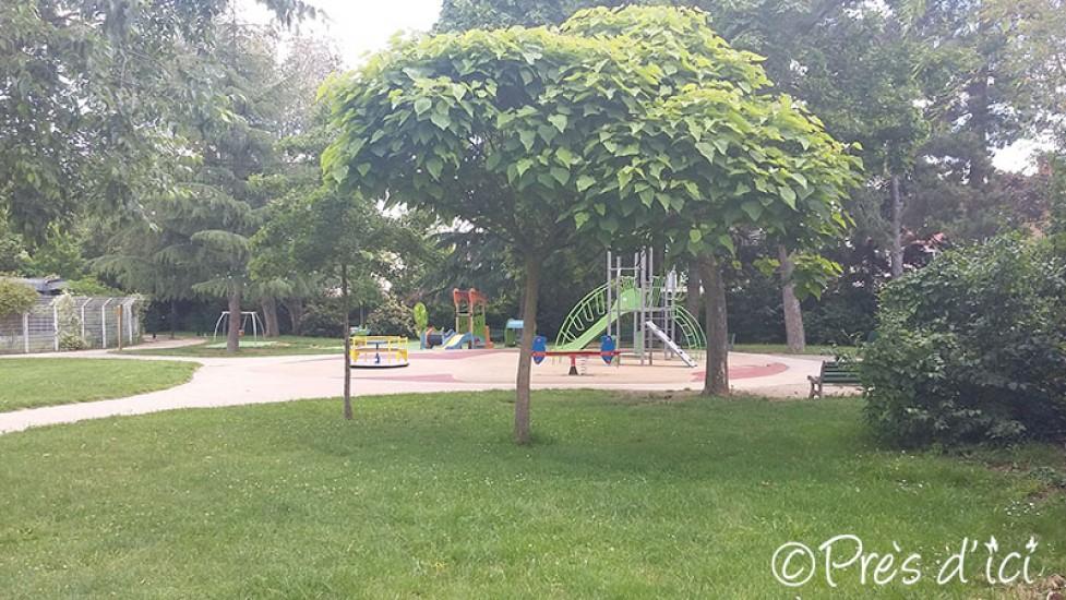 jeux enfant jardin cheap cration dune aire de jeux dans le jardin with jeux enfant jardin. Black Bedroom Furniture Sets. Home Design Ideas